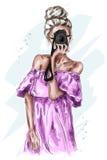Mulher nova do cabelo louro da forma com câmera Menina bonita tirada mão na roupa da forma Olhar da forma esboço ilustração stock