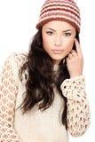 Mulher nova do cabelo preto na camisola e no tampão de lãs Imagem de Stock