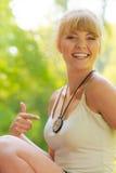 Mulher nova do caminhante com compasso na floresta foto de stock royalty free