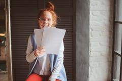 Mulher nova do estudante do moderno ou desenhista autônomo criativo que trabalham no projeto Guardando o coursework ou o plano de fotografia de stock