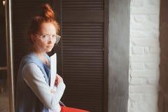 Mulher nova do estudante do moderno ou desenhista autônomo criativo que trabalham no projeto Guardando o coursework ou o plano de imagens de stock