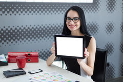 Mulher nova do estudante no escritório que guarda uma tabuleta e um sorriso Fotos de Stock