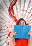 Mulher nova do estudante que mantém um livro contra o fundo chapinhado branco e vermelho Imagem de Stock Royalty Free