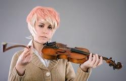 Mulher nova do executor que joga o violino Foto de Stock Royalty Free