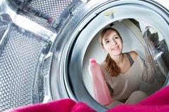 Mulher nova do Housework que faz a lavanderia foto de stock royalty free