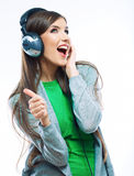 Mulher nova do movimento com música de escuta dos auscultadores Teena da música Foto de Stock Royalty Free