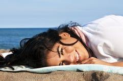 Mulher nova do nativo americano na praia fotos de stock