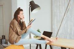 Mulher nova do negócio ou do estudante que trabalha em casa com portátil fotos de stock royalty free
