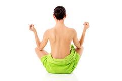 Mulher nova do nude com a ioga praticando de toalha, isolada no branco fotografia de stock royalty free