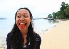 Mulher nova do Papuan com vermelho da língua do bétel fotos de stock royalty free