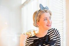 Mulher nova do pinup que mostra o alarme e o sorriso Foto de Stock