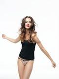 Mulher nova do retrato da forma que levanta no roupa interior imagem de stock royalty free