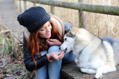 Mulher nova do ruivo e seu cão caçador de lobos Imagem de Stock Royalty Free