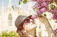 A mulher nova do turista aspira a árvore de florescência perto do castelo de Lednice, y Imagens de Stock Royalty Free