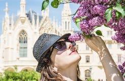 A mulher nova do turista aspira a árvore de florescência perto do castelo de Lednice, C Fotos de Stock Royalty Free