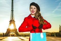 Mulher nova do turista com o saco de compras em Paris que olha de lado Fotos de Stock Royalty Free