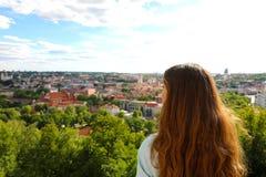 Mulher nova do turista que olha à cidade do ponto de vista panorâmico, Lituânia de Vilnius, Estados Bálticos, Europa imagem de stock royalty free