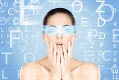 Mulher nova e atrativa do futuro com o holograma o do laser imagem de stock