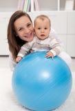 Mulher nova e bebê Imagem de Stock