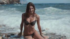 Mulher nova e bonita com biquini preto dentro video estoque
