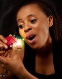 mulher nova e bonita que abre uma caixa de presente mágica Foto de Stock Royalty Free