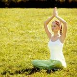 Mulher nova e bonita que faz exercícios da ioga. imagem de stock royalty free