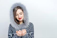 Mulher nova e bonita que guarda um presente de Natal agradável emoção da mão Fotografia de Stock Royalty Free