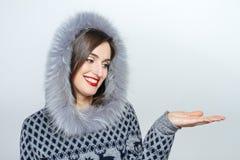 Mulher nova e bonita que guarda um presente de Natal agradável emoção da mão Imagens de Stock Royalty Free