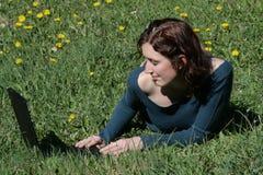Mulher nova e caderno Imagem de Stock Royalty Free