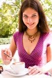 Mulher nova e café bonitos Imagem de Stock Royalty Free