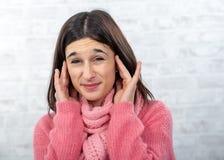 Mulher nova e consideravelmente moreno com dor de ouvido imagens de stock