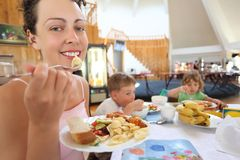 Mulher nova e crianças no café fotografia de stock royalty free