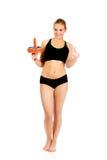 Mulher nova e desportiva que guarda a roda do esporte e que mostra o polegar acima imagens de stock royalty free