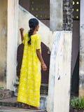 Mulher nova e elegante no saree indiano nas ruas da vila, Índia Mulher que levanta na roupa indiana tradicional Vista de fotos de stock royalty free
