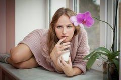 Mulher nova e leite. Imagens de Stock Royalty Free
