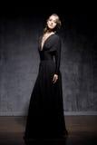 Mulher nova e lindo sobre o fundo dramático escuro imagem de stock royalty free