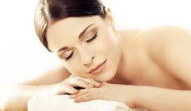 Mulher nova e saudável no salão de beleza dos termas isolado no branco Imagens de Stock