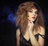 Mulher nova e 'sexy' no fumo Foto de Stock