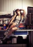 Mulher nova e 'sexy' que levanta em uma garagem foto de stock