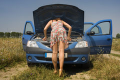 Mulher nova e um carro quebrado Fotografia de Stock Royalty Free