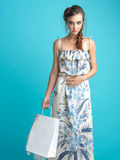 Mulher nova elegante que prende um saco de compra foto de stock royalty free