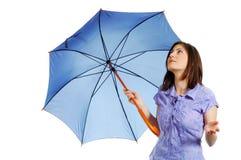 Mulher nova elegante que verific se ainda está chovendo Fotografia de Stock
