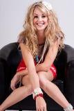 Mulher nova em acessórios frisados desgastando da cadeira Foto de Stock Royalty Free