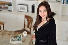 Mulher nova em casa imagens de stock royalty free