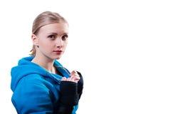Mulher nova em luvas de encaixotamento Foto de Stock Royalty Free