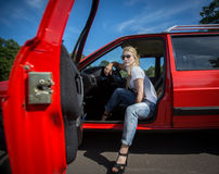Mulher nova em seu carro Fotos de Stock Royalty Free