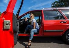 Mulher nova em seu carro Foto de Stock