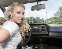 Mulher nova em seu carro Fotos de Stock