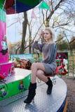Mulher nova em um balanço Fotos de Stock Royalty Free