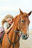 Mulher nova em um cavalo imagens de stock
